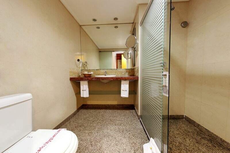 Banheiro Apartamento Superior com detalhes do espelho e secador disponível
