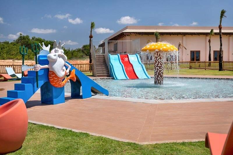 Playground para crianças com piscina e muita diversão